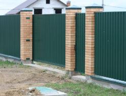 Дачный забор из профнастила и кирпичными столбами