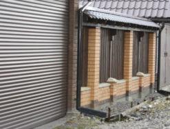 Кирпичный забор с деревянным штакетником