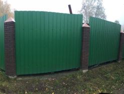 Забор из профнастила и кирпичными столбами
