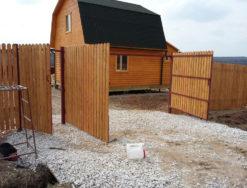 Деревянный забор с калиткой и воротами