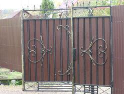 Забор из профнастила и коваными элементами