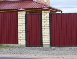 Профильный забор с кирпичными столбами