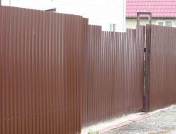 Профильный забор с откатными воротами