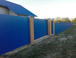 Профильный забор с откатными воротами и калиткой
