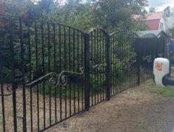 Металлический забор с коваными элементами